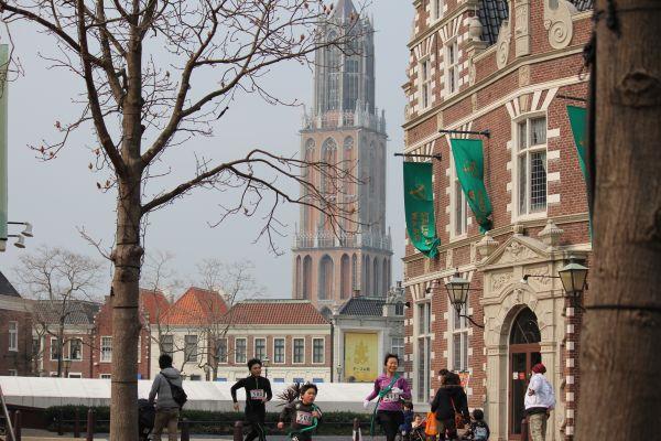 ハウステンボスのシンボルタワー(ドムトールン)を背景に